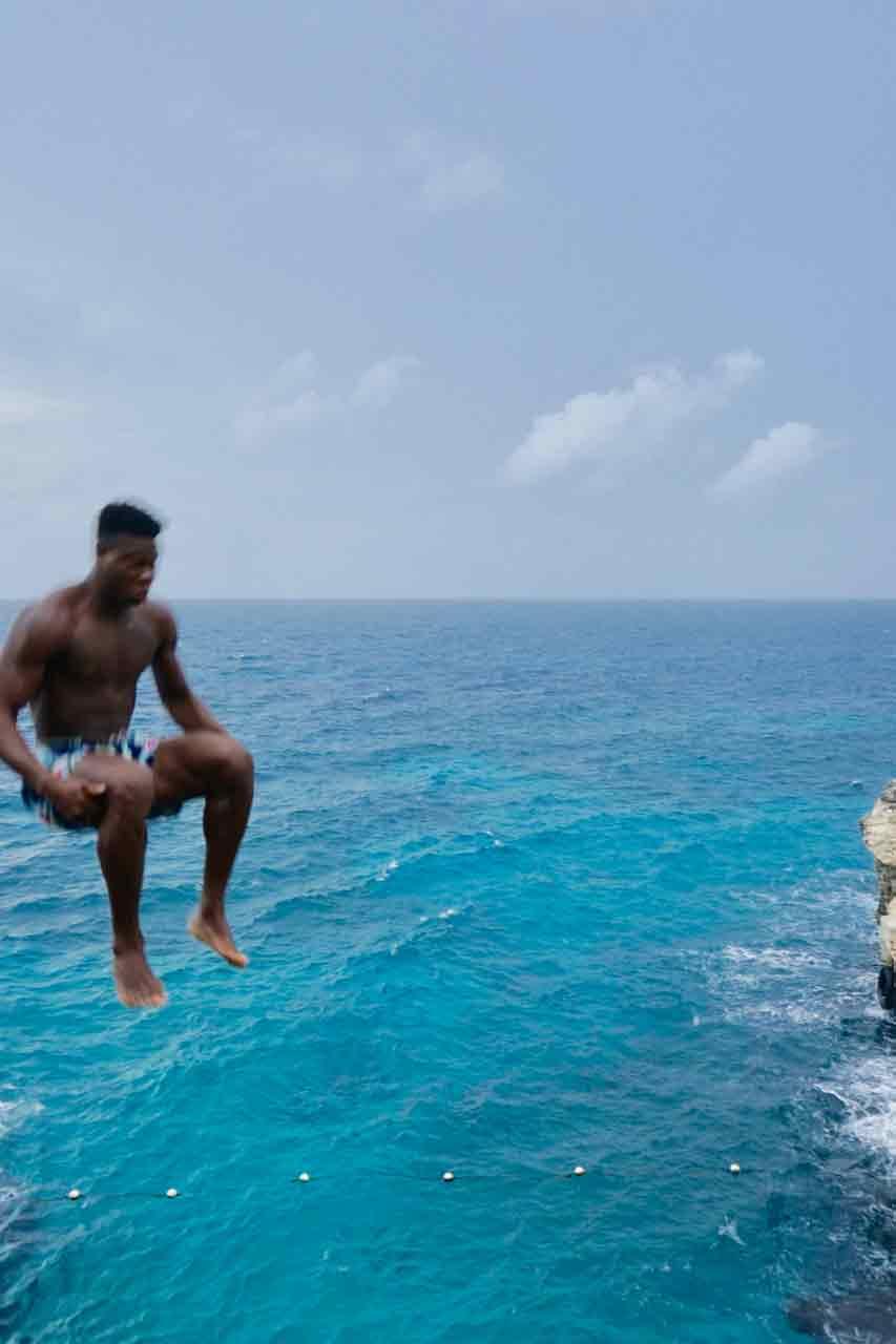 Mutige springen in Ricks Cafe auf Jamaika von der Klippe