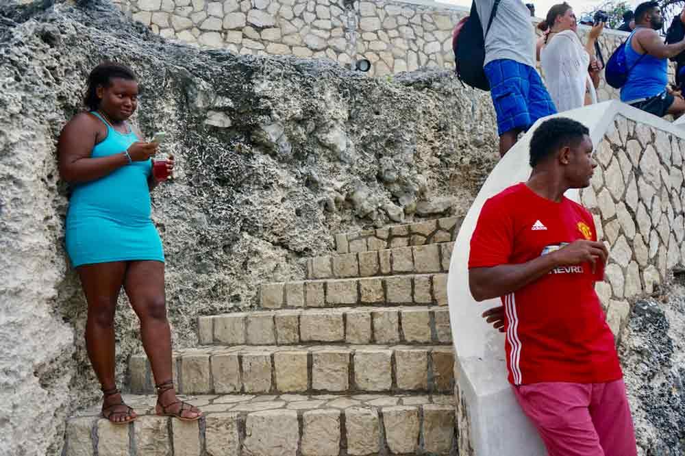 Schaulustige sehen den Klippenspringern in Ricks Cafe auf Jamaika zu