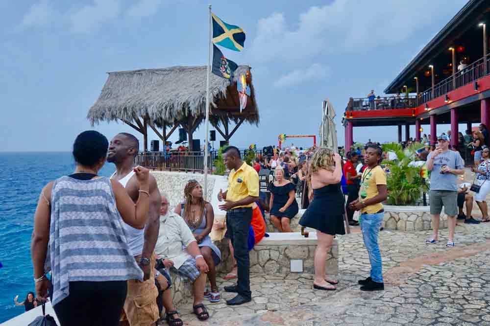 Publikum in Ricks Cafe ein sehenswertes Ausflugsziel auf Jamaika