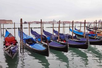 Gondeln an Silvester in Venedig