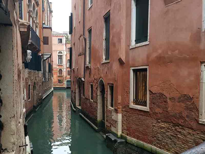Blick in einen schmalen Kanal in Venedig