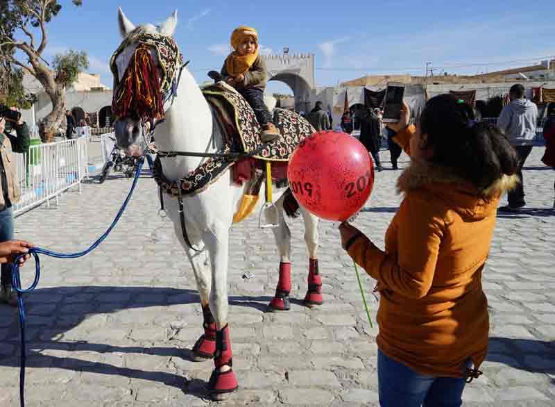 Sahara-Festival-Douz-Kind-auf-geschmuecktem-pferd