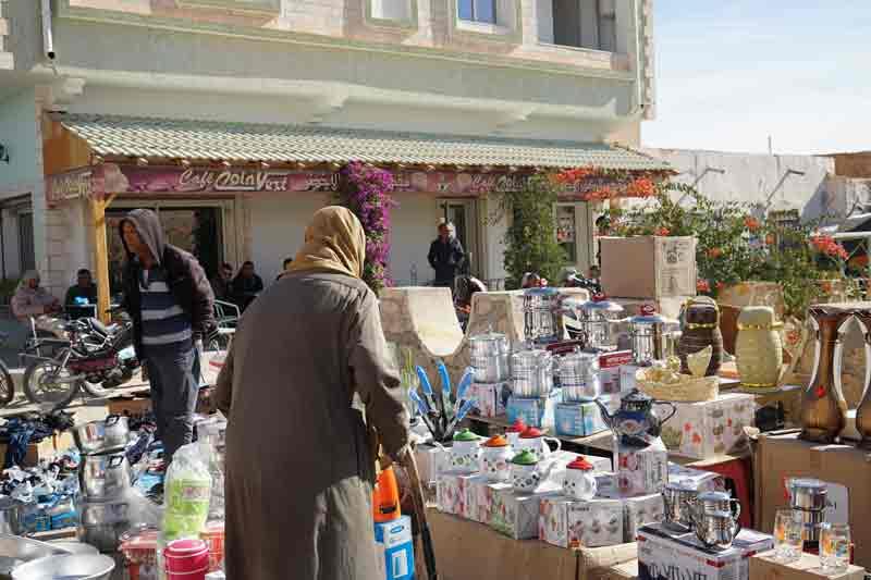 teekannen auf dem Markt in Douz Tunesien