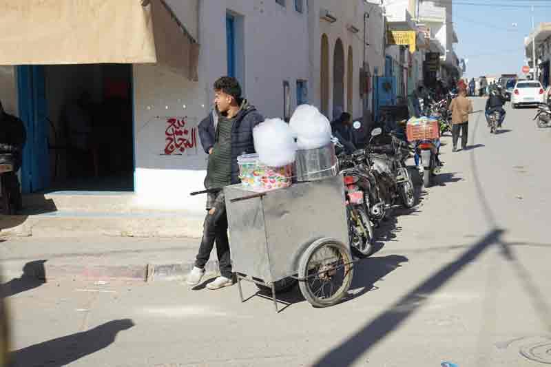 Strassenhaendler mit Zuckerwatte in Douz Tunesien