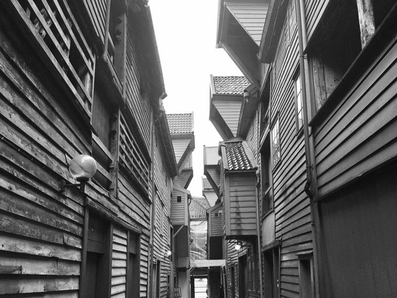 Enge Gasse in Bryggen Bergen Norwegen