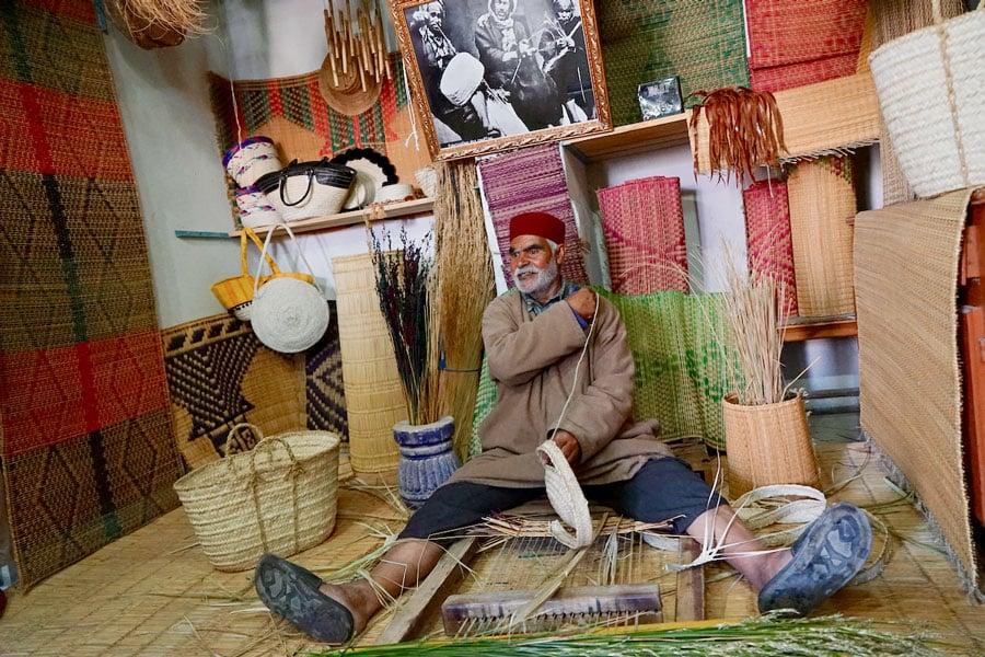 Mohamed Khacha bei der Arbeit in seinem Atelier de Nattes in Houmt Souk
