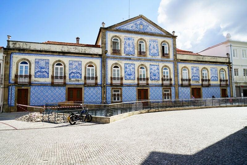 Roadtrip Portugal blau-weiß gekacheltes Haus in Aveiro
