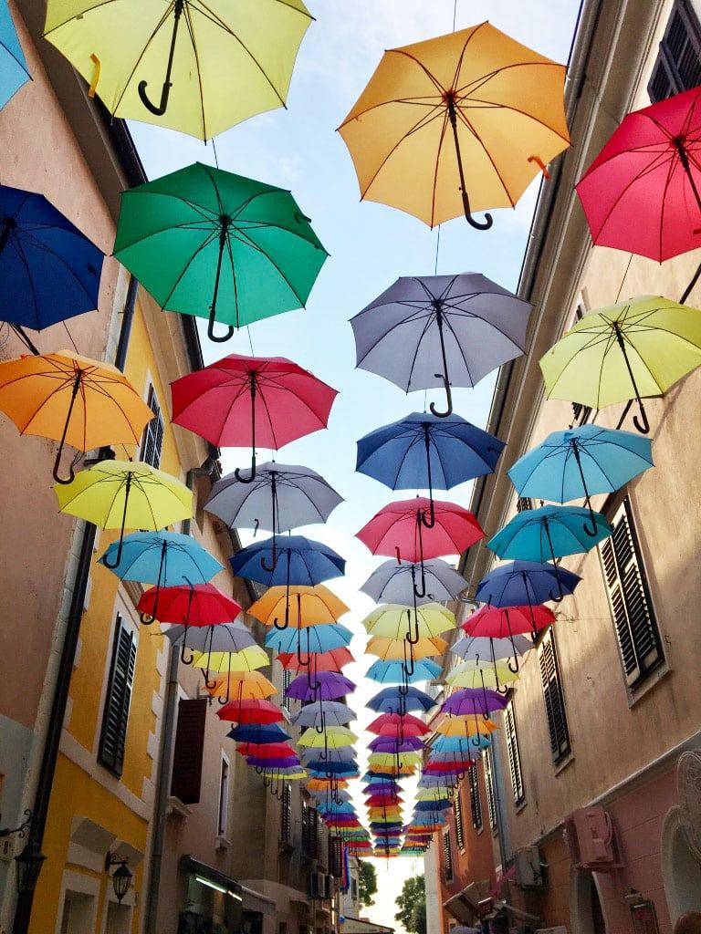 Roadtrip Kroatien Regenschirme in Novigrad