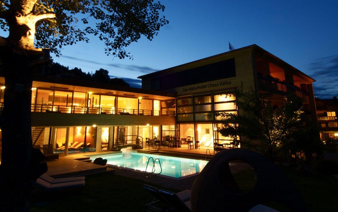DasNaturhotelChesaValisa_Chesa-mit-Pool-bei-Nacht